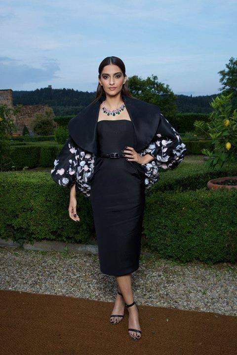 actor-sonam-kapoor-stunning-look-florence-bulgari-giardini-italiani-launch