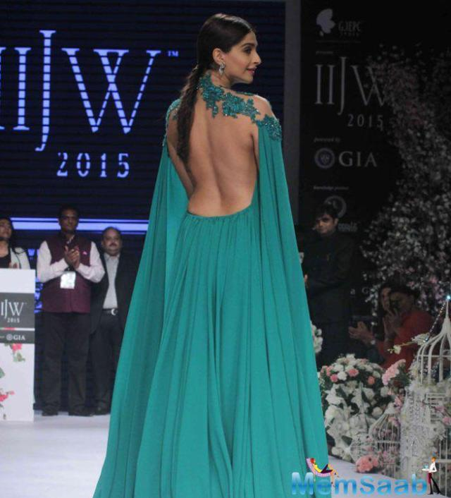 sonam-kapoor-was-absolutely-divalicious-sweeping-emerald-green-michael-costello-gown