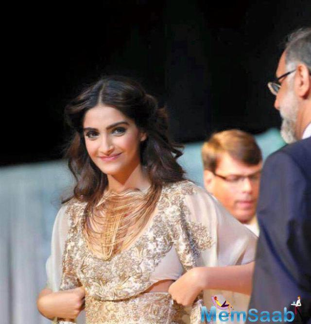 sonam-kapoor-was-all-smiles-during-show